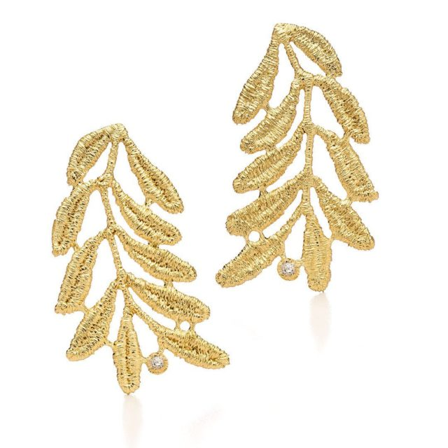"Ausdrucksstarke Ohrringe THELMA in 750er Gelbgold mit 2 funkelnden Brillanten.💎 Die Ohrringe sind Teil der neuen ""Young, Wild and Free Collection 2021""!🌿 ⠀⠀⠀⠀⠀⠀⠀⠀⠀ Expressive earrings THELMA in 18k yellow gold with two sparkling 💎diamonds. These earrings are part of the new ""Young, Wild and Free Collection 2021""! . .  #earrings #finejewellery #jewelleryoftheday #18k #gold #nachhaltig #jewelleryblogger #lace #goldsmith #handwerk #spitze #romantik #romantic #elegant #jewelry #jewels #jewel #fashion #gems #gem #gemstone #bling #stones #stone #trendy"